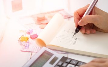 Investovanie do ETF - rozhodnúť sa pre brokera alebo roboporadcu?